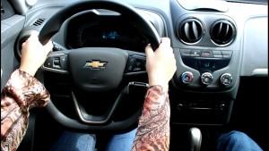 Como manusear corretamente o volante do carro