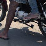 Motociclista sem camisa e de bermuda dá multa?