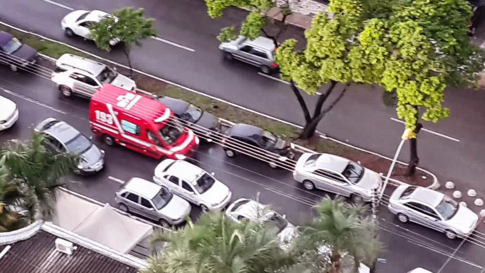 A ambulância em prestação de socorro tem preferência sobre os outros veículos