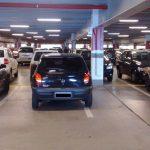 Manobrar em estacionamento de shopping sem ser habilitado dá multa?