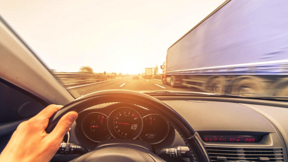Ultrapassar dois veículos simultaneamente não é permitido - Mito ou Verdade