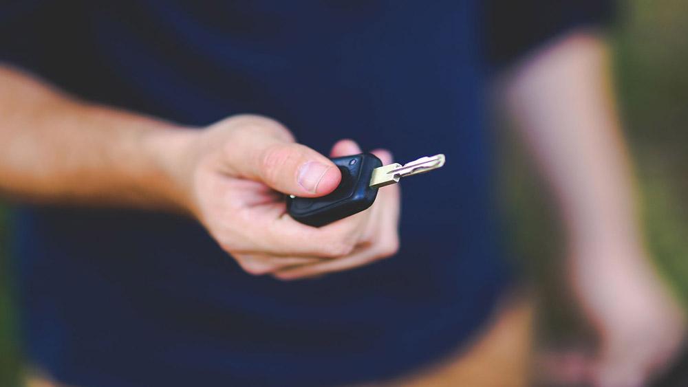 Permitir ou entregar a direção de veículo automotor à pessoa não habilitada