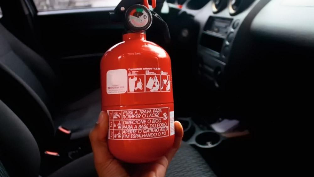 O extintor de incêndio do veículo e contradição na sua fiscalização