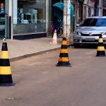 Ministério da Defesa usa cones para guardar vagas de estacionamento na via pública