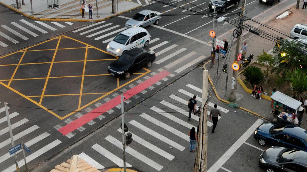 Veículo em linha reta tem preferência sobre o que vai virar - Mito ou Verdade?