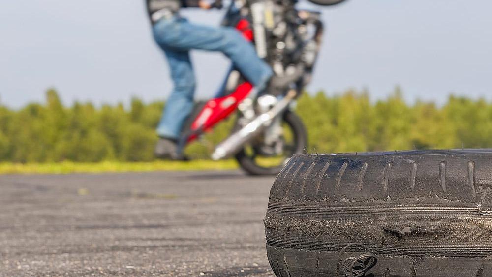 Empinar moto pode configurar crime de trânsito