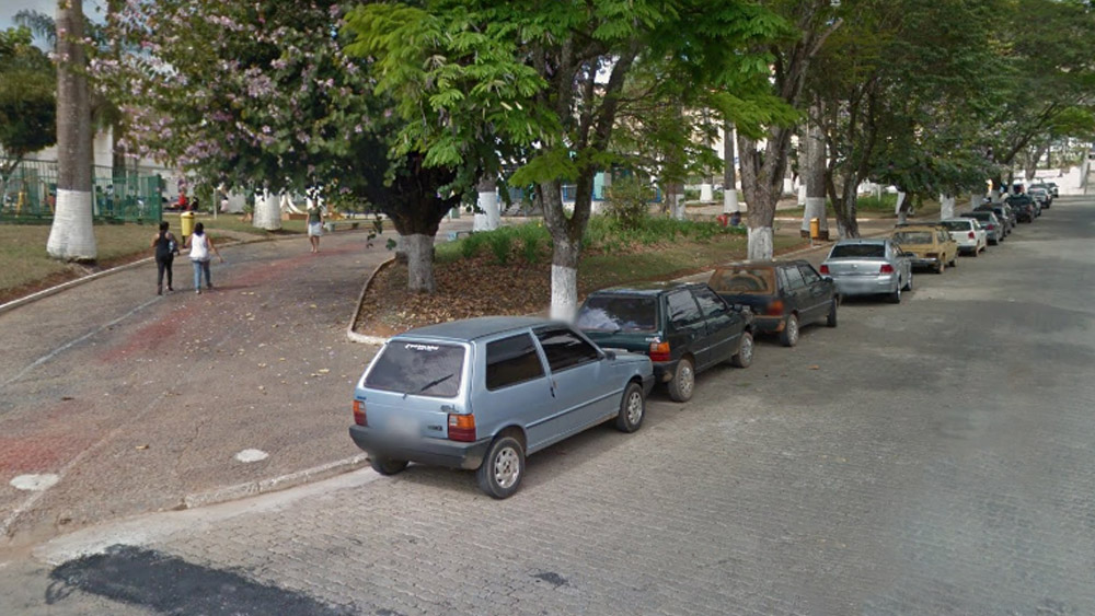 Estacionar ao lado de Praça dá multa?