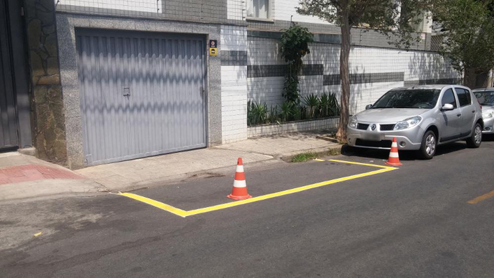 O condutor que retirar os cones de frente a uma garagem e parar o veículo, pode ser multado?