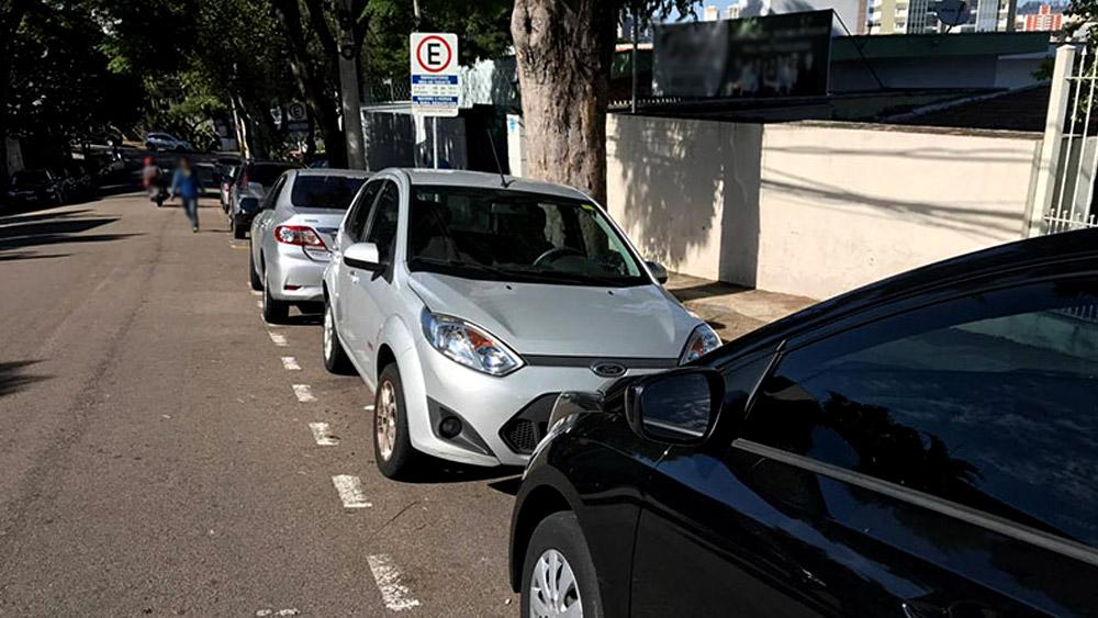O veículo pode ser removido por estacionar na contramão?