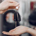 Entregar a direção do veículo à pessoa sem habilitação – crime de quem?