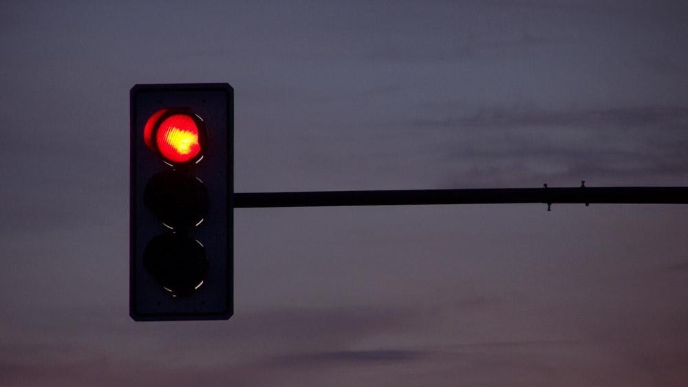 Avanço de sinal vermelho de madrugada
