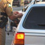É legal um policial militar anotar os dados da CNH e do veículo e entregar para um agente de trânsito lavrar o auto de infração?