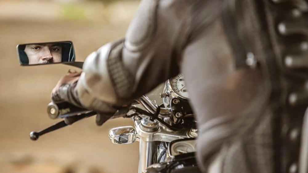 Posso trocar os espelhos retrovisores da minha moto?