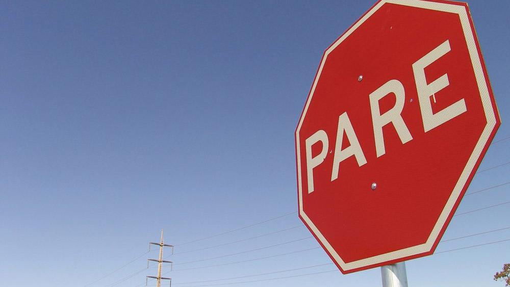 O condutor NÃO é obrigado a parar o veículo duas vezes na Placa de Parada
