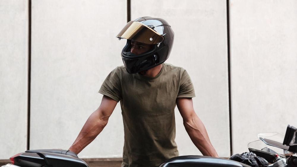Viseira levantada no exame de moto é Falta Eliminatória?