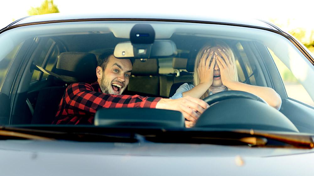 5 motivos de porque aprender a dirigir com o marido não é uma boa ideia